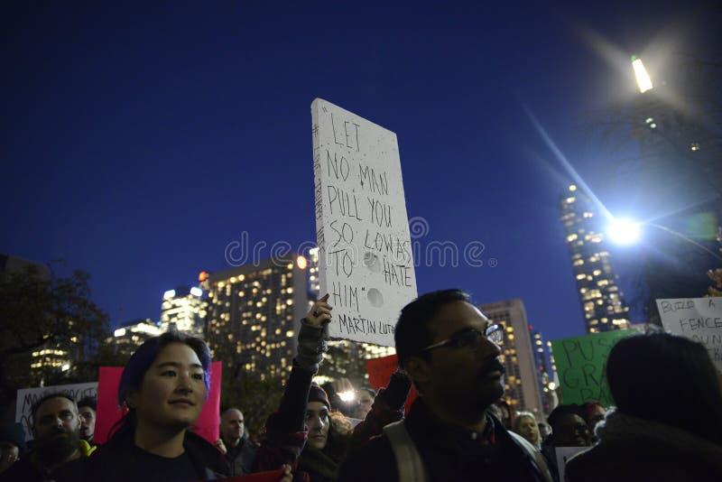 Anti rassemblement d'atout devant la tour d'atout à Toronto image libre de droits