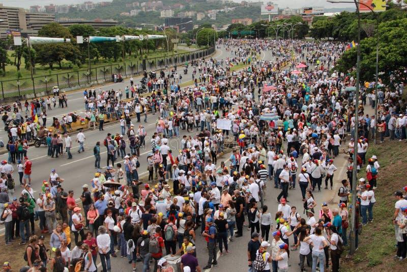 Anti--regering personer som protesterar stängde en huvudväg i Caracas, Venezuela arkivfoton