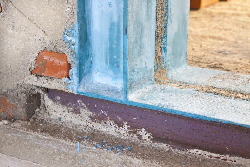 Anti seismische metaalstructuur met metaalbalk en van het pijlershea metaal profielen nuttig om een nieuwe deur tot stand te bren stock foto