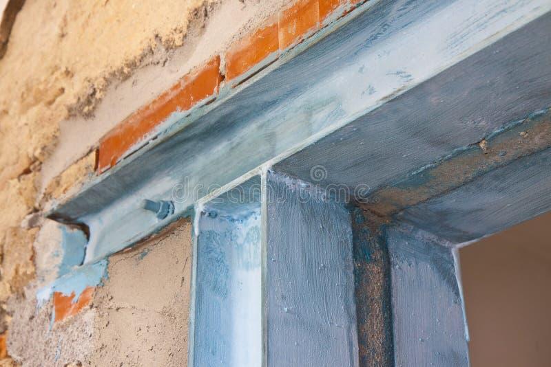 Anti seismische metaalstructuur met metaalbalk en van het pijlershea metaal profielen nuttig om een nieuwe deur tot stand te bren stock afbeelding