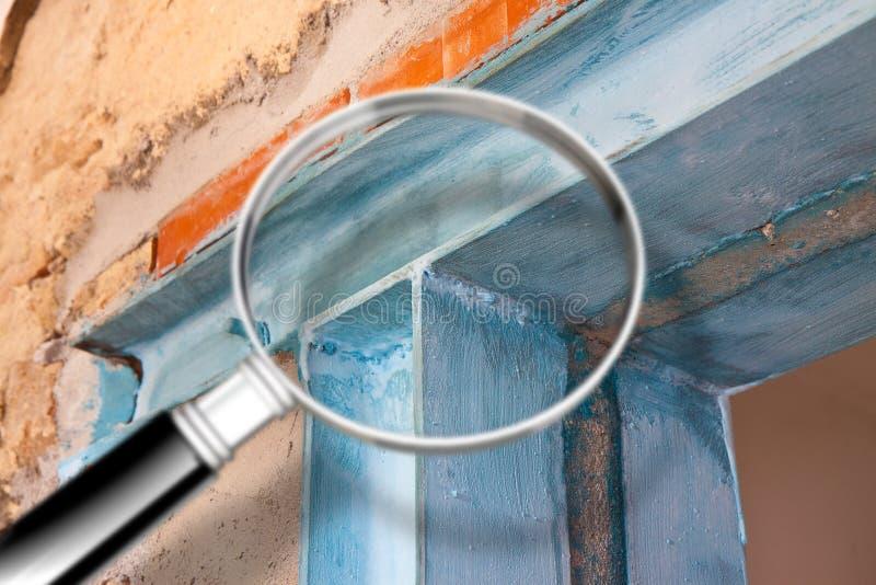 Anti seismische metaalstructuur met metaalbalk en van het pijlershea metaal profielen nuttig om een nieuwe deur tot stand te bren stock foto's