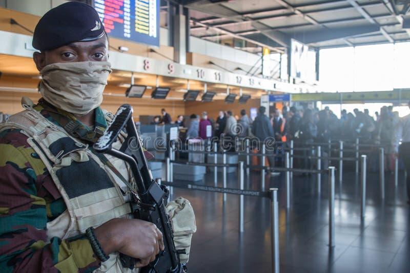 Anti soldat belge de terreur sur l'aéroport de Charleroi en Belgique photo libre de droits
