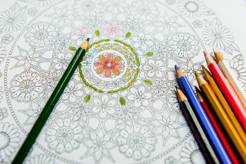 Anti--spänning färgläggningbok i teckningsprocessen arkivbild