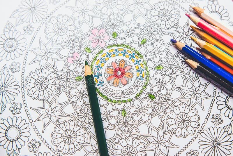 Anti--spänning färgläggningbok i teckningsprocessen royaltyfri bild