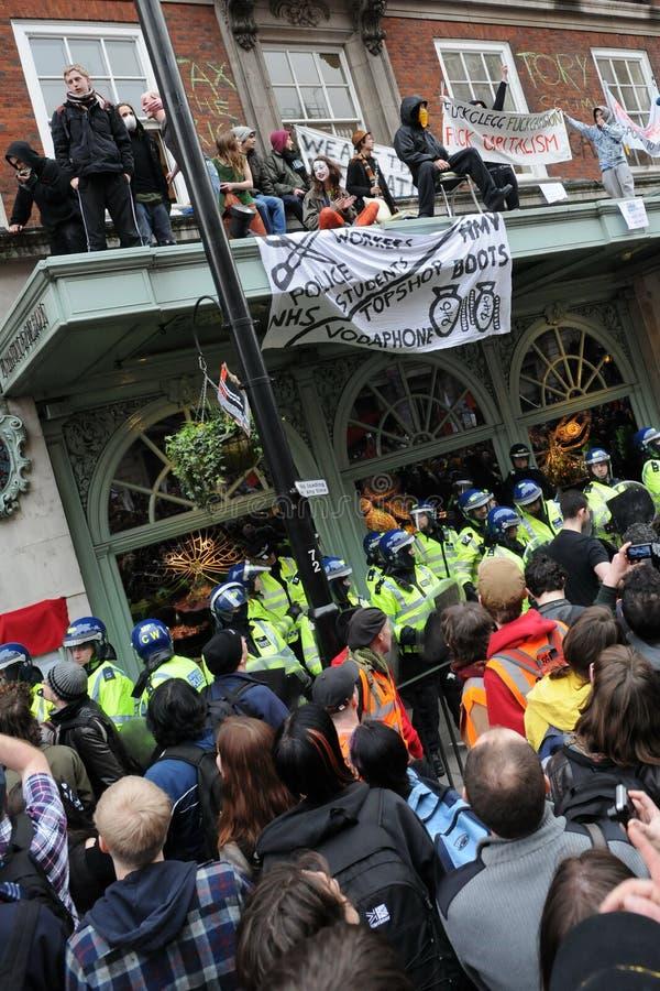 Anti-Tagliano le proteste a Londra fotografie stock libere da diritti