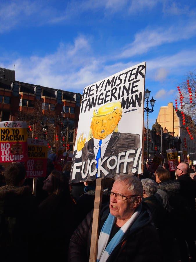 Anti Trump marzo a Manchester, Regno Unito fotografia stock libera da diritti