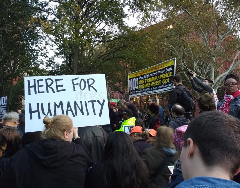 Anti-Trumpf-Sammlung, hier für Menschlichkeit, Washington Square Park, NYC, NY, USA lizenzfreies stockfoto