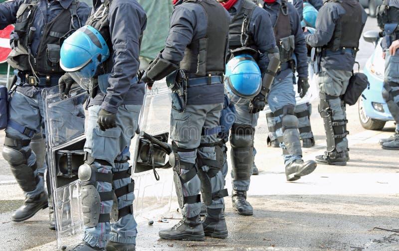 Anti--tumult polissnutar med den skyddande hjälmen under att patrullera t royaltyfria bilder