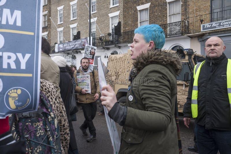 Anti-UKIP-Protestierender marschieren in Margate, Großbritannien stockfotografie