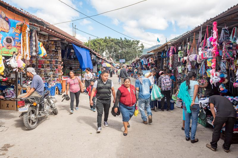 ANTIAGUA,危地马拉- 2017年11月11日:巨大的市场在安提瓜岛,危地马拉 安提瓜岛为它的西班牙殖民地大厦是著名的 免版税库存图片