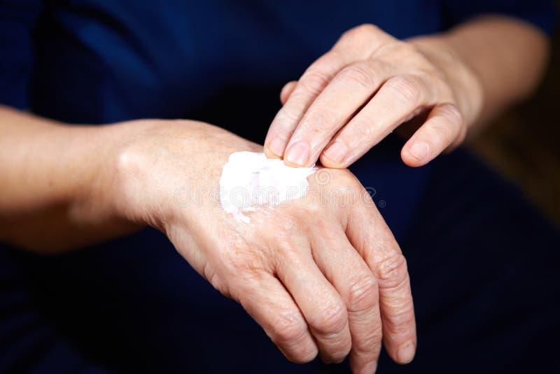Antialterncreme für Hände lizenzfreie stockbilder