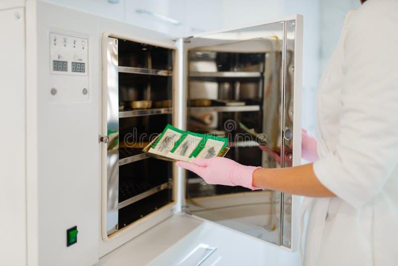 Antibacterial kabinett, kosmetologreng?ringhj?lpmedel royaltyfria bilder