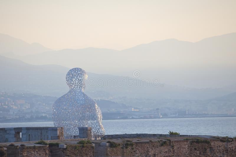 ANTIBES - 28 de agosto: A escultura de Nomade no porto de Antibes fotos de stock