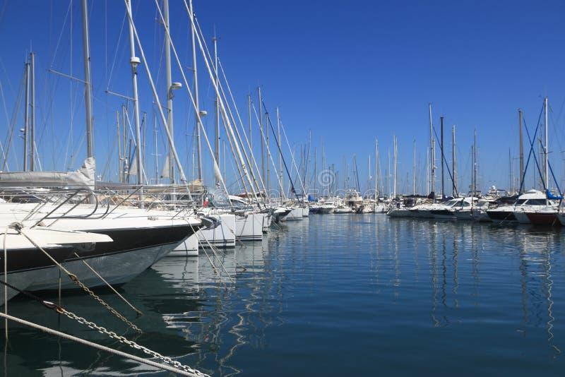 ANTIBES, FRANÇA - 27 DE AGOSTO DE 2014: Barcos, iate do porto Vauban imagem de stock