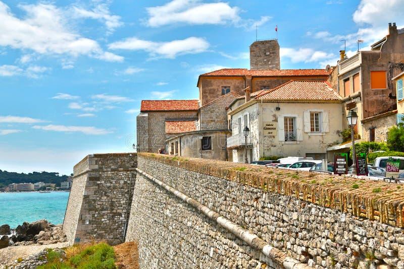 Antibes, França - 16 de junho de 2014: frente marítima pitoresca imagem de stock royalty free