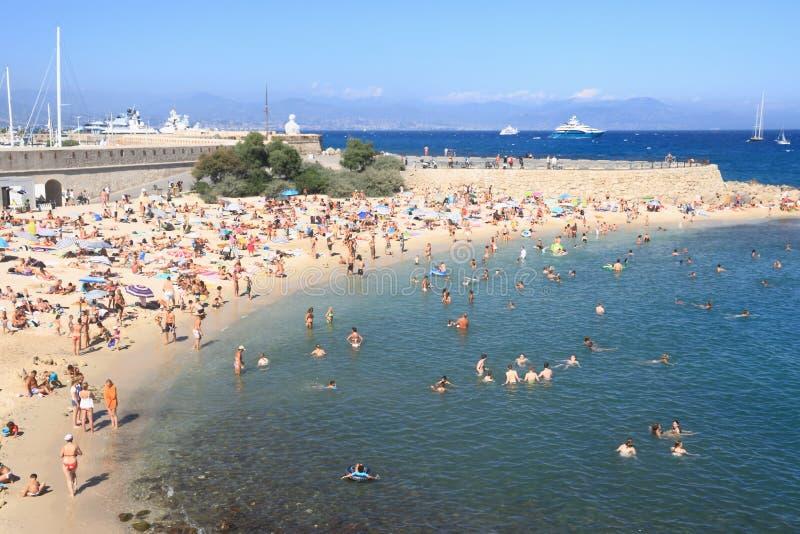 ANTIBES FRANCJA, AUG, - 27, 2014: Ludzie relaksuje na społeczeństwo plaży zdjęcia stock