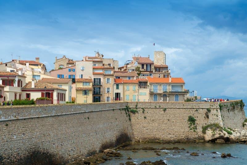 Antibes Francja, Czerwiec, - 13th 2018: Stary miasteczko Antibes i swój defensywne kamienne ściany fotografia stock