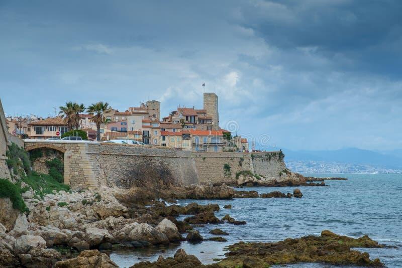 Antibes Francja, Czerwiec, - 13th 2018: Stary miasteczko Antibes i swój ochronne kamienne ściany zdjęcia stock