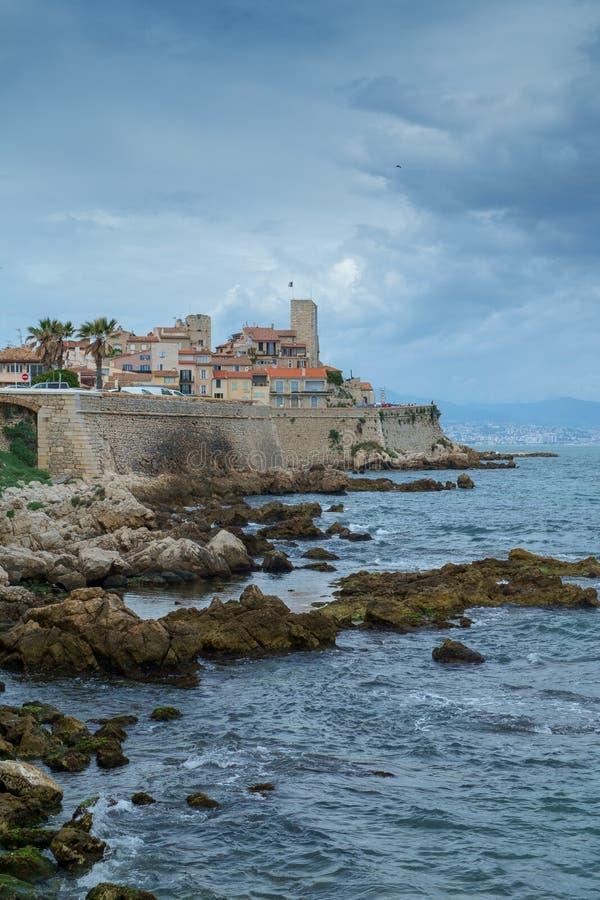 Antibes Francja, Czerwiec, - 13th 2018: Stary miasteczko Antibes i swój ochronne kamienne ściany zdjęcie stock