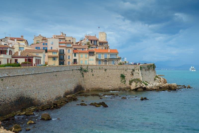Antibes Francja, Czerwiec, - 13th 2018: Stary miasteczko Antibes i swój ochronne kamienne ściany obrazy stock