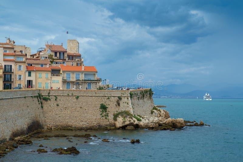 Antibes Francja, Czerwiec, - 13th 2018: Stary miasteczko Antibes i swój ochronne kamienne ściany zdjęcia royalty free