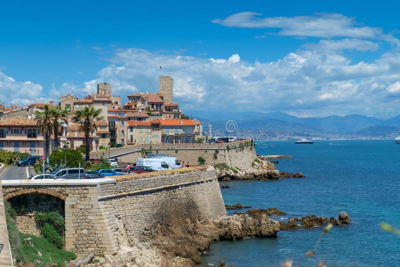 Antibes Francja, Czerwiec, - 14th 2018: Stary miasteczko Antibes i swój ochronni kamienni ramparts zdjęcie stock