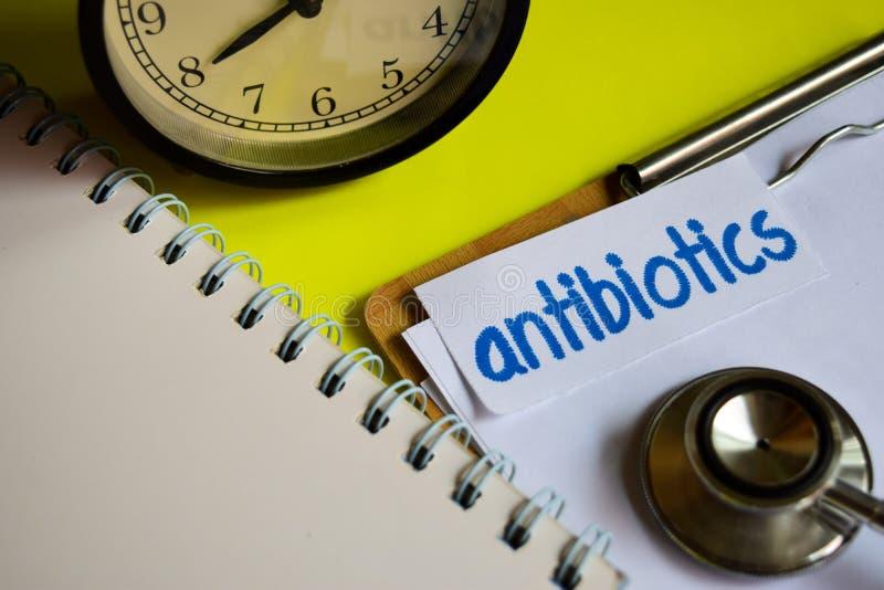 Antibiotici su ispirazione di concetto di sanità su fondo giallo immagini stock
