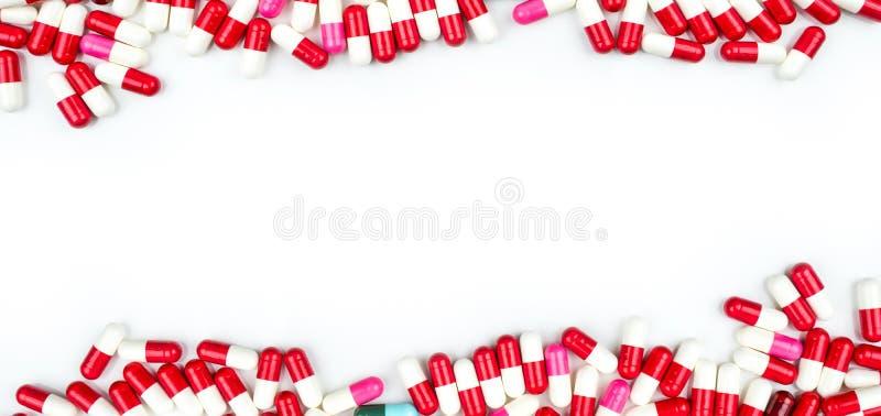 Antibiotikum kapselt die Pillen ein, die auf weißem Hintergrund mit Kopienraum für Text lokalisiert werden Medikamentenresistenzk lizenzfreie stockbilder