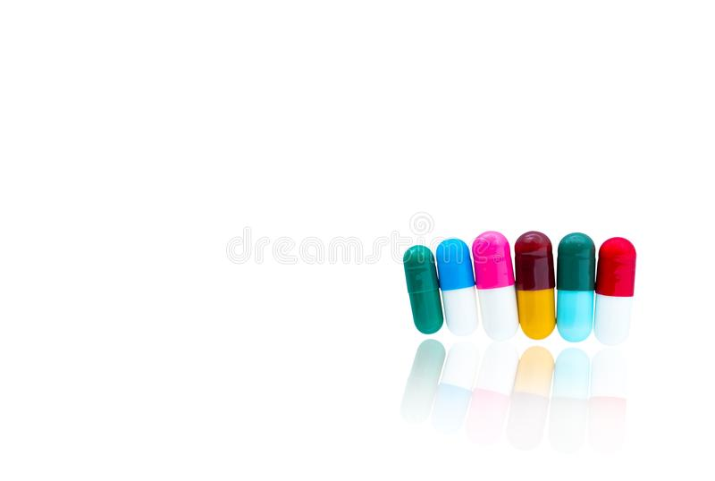 Antibiotische capsulespillen op een rij op witte achtergrond stock foto's