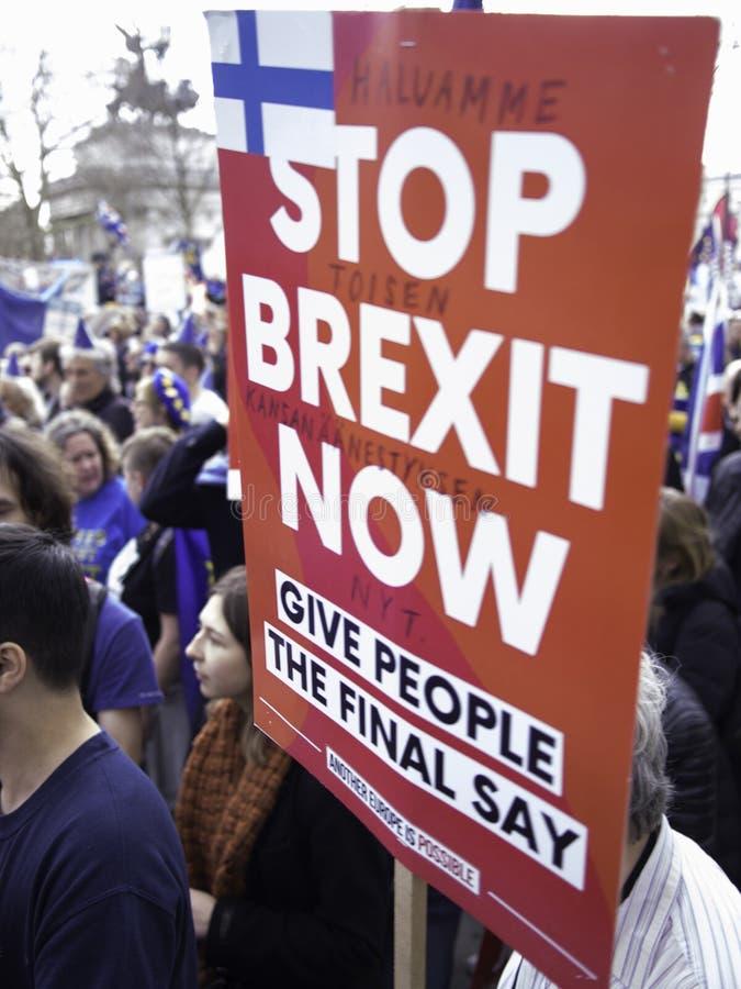 Antibrexit-protesteerder die een aanplakbiljet houden Londen, Maart 2019 stock foto's
