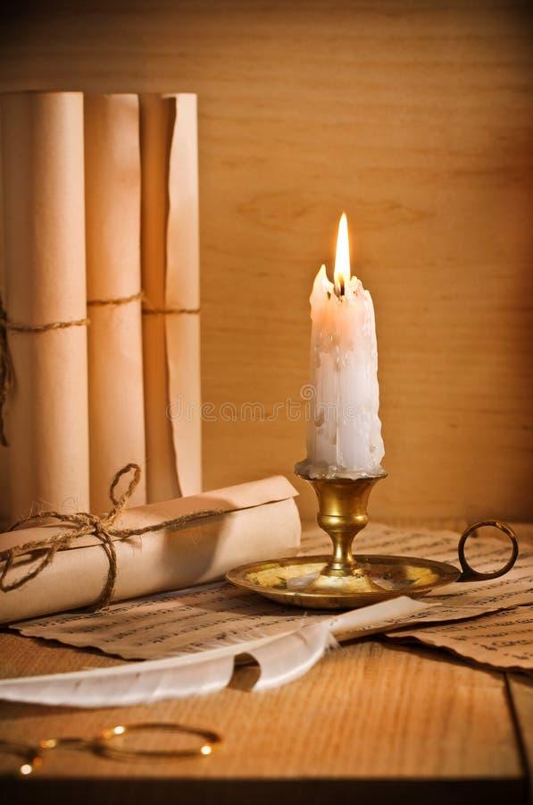 Antic Kerze mit rool des Papiers stockbild