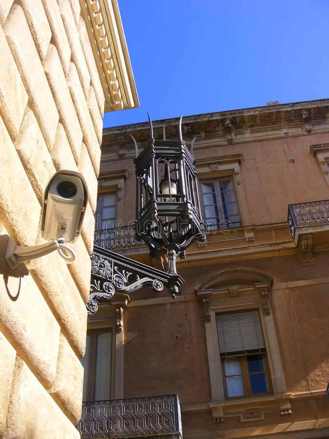 Antic & moderne Survaillancecamera en oude lamp - royalty-vrije stock foto
