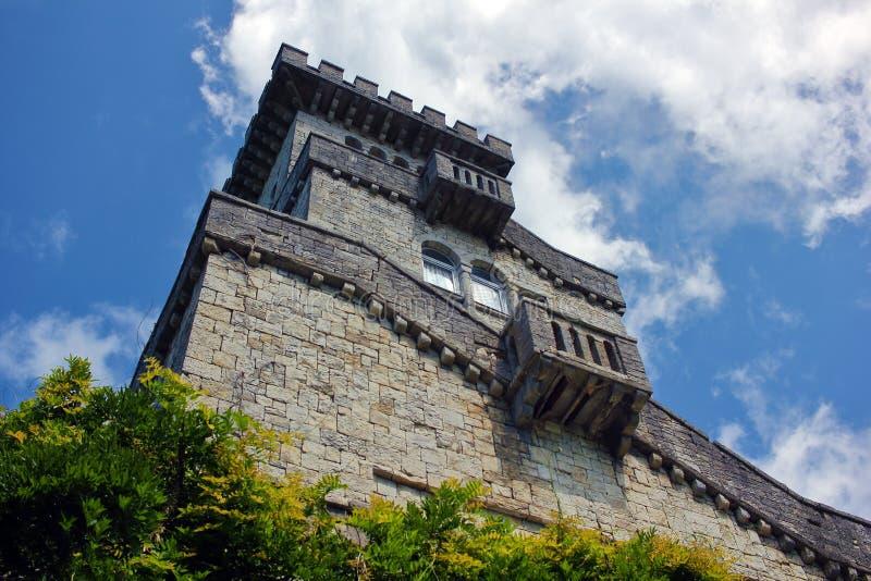 Antica torre di pietra sopra il cielo blu immagini stock