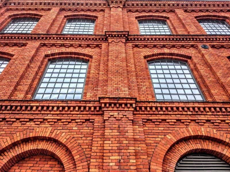 Antichi muri di mattoni con finestre grandi fotografia stock