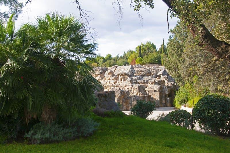 Antichi romani hanno distrutto muri e alberi verdi nel parco nazionale di Siviglia, Spagna fotografia stock libera da diritti