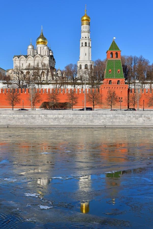 Anticipation de ressort Cathédrales, Ivan Great Bell Tower et réflexion de Kremlin en rivière de Moscou photographie stock libre de droits