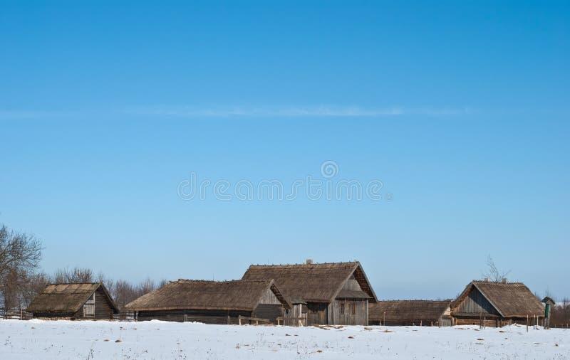 Antico villaggio medievale con capanne di legno immagini stock libere da diritti