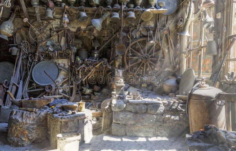 Anticuario en los artículos Lahij Azerbaijan del hogar del pueblo imagen de archivo