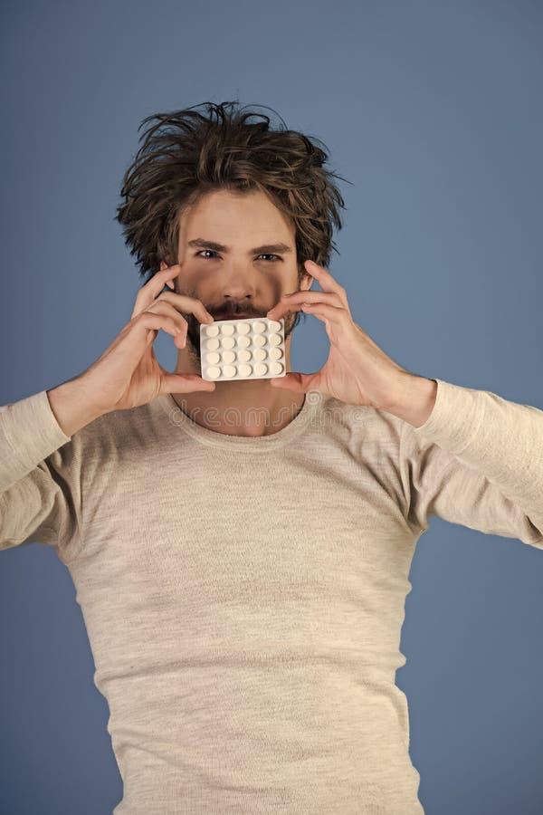 antidepressants Mężczyzna z pigułkami w bąbel paczce, zimnie i grypie, bezsenność obrazy royalty free
