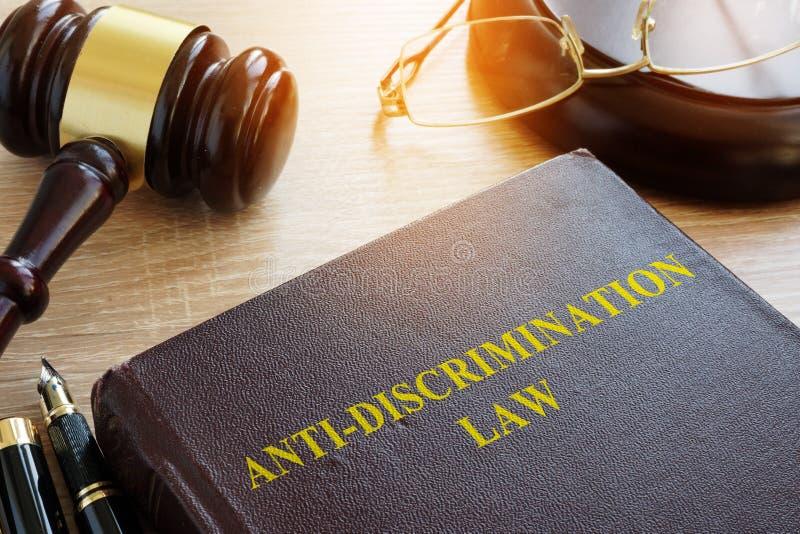 Antidiskriminierungs-Gesetz auf Tabelle Gleichheitskonzept stockfotografie