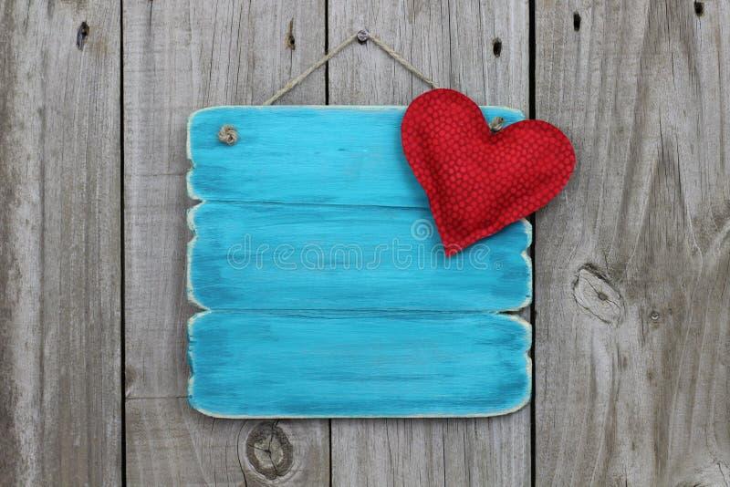 Antiek blauw teken met rood hart stock foto