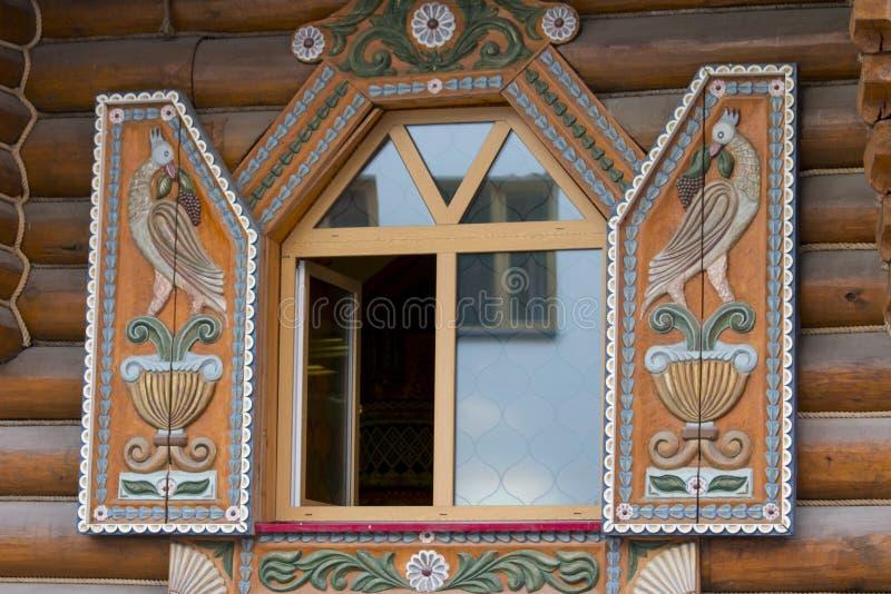 Antiek die raamkozijnen en balkon met bloemen worden verfraaid stock fotografie