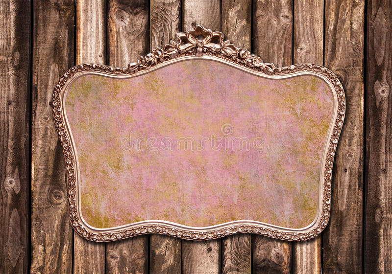 Antiek gouden kader op een houten muur royalty-vrije stock afbeelding