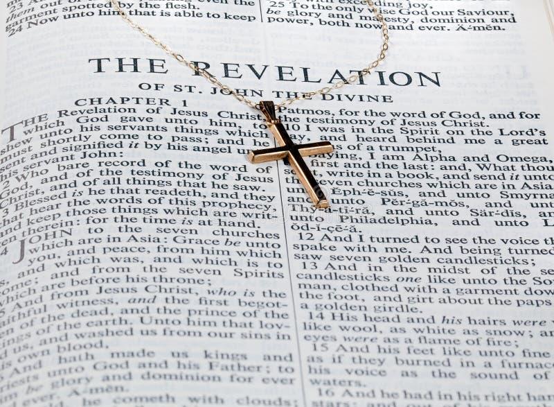 Antiek gouden kruis op pagina van bijbel royalty-vrije stock foto