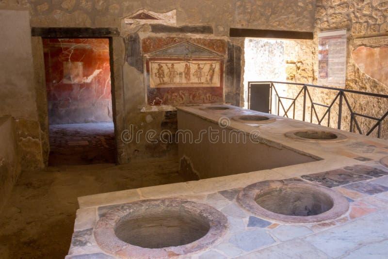 Antiek herbergbinnenland met fresko in Pompei, Italië De ruïnes van Pompei na de uitbarsting van de vulkaanvesuvius Historisch er royalty-vrije stock afbeeldingen