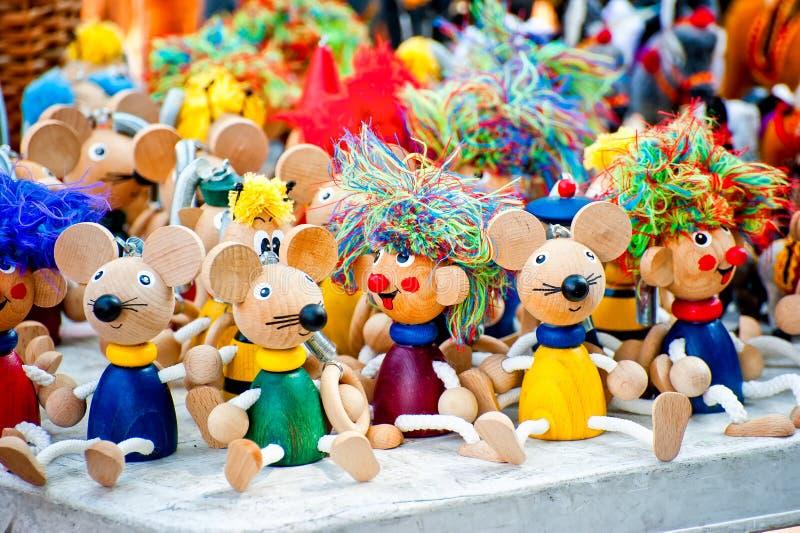 Antiek houten beeldjesspeelgoed bij de markt stock afbeeldingen