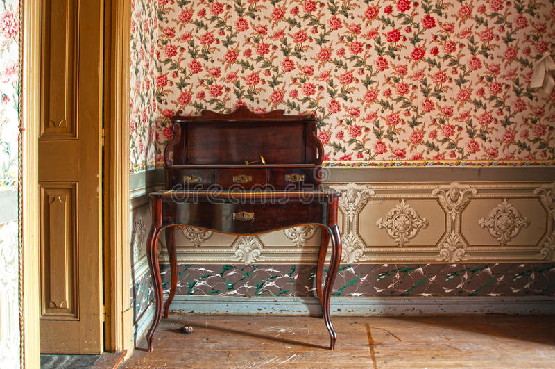 Antiek houten bureau, meubilair, in oud huis stock fotografie