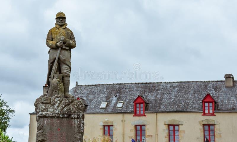 Antiek huis van Frans Bretagne en het militaire standbeeld royalty-vrije stock afbeeldingen