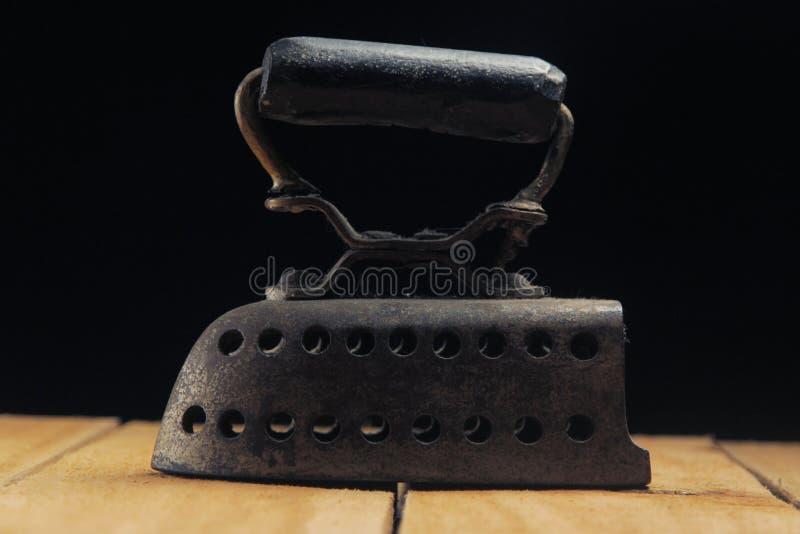 antiek ijzer met houten handvat en donkere achtergrond royalty-vrije stock foto