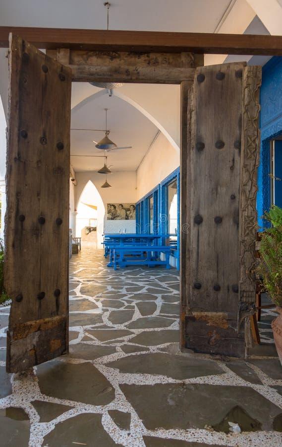 Antiek koloniaal Afrikaans open restaurant in Kenia stock afbeeldingen